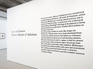 Gráfica en vinilo de corte a la entrada de una exposición.