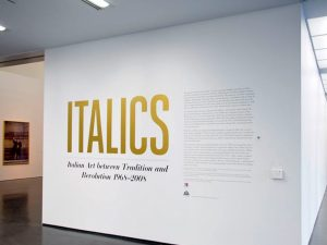 Texto en vinilo de recorte aplicado sobre la pared